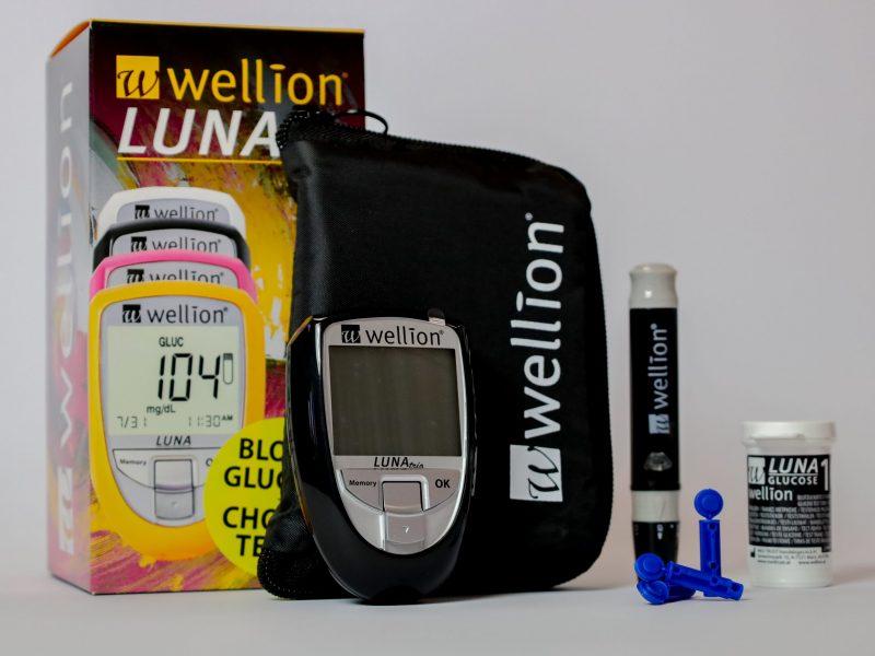 Inhoud zwarte Wellion Luna trio glucose cholesterol en urinezuur startpakket